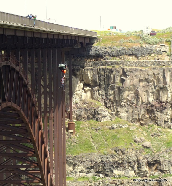 BASE jumpers - Perrine Bridge
